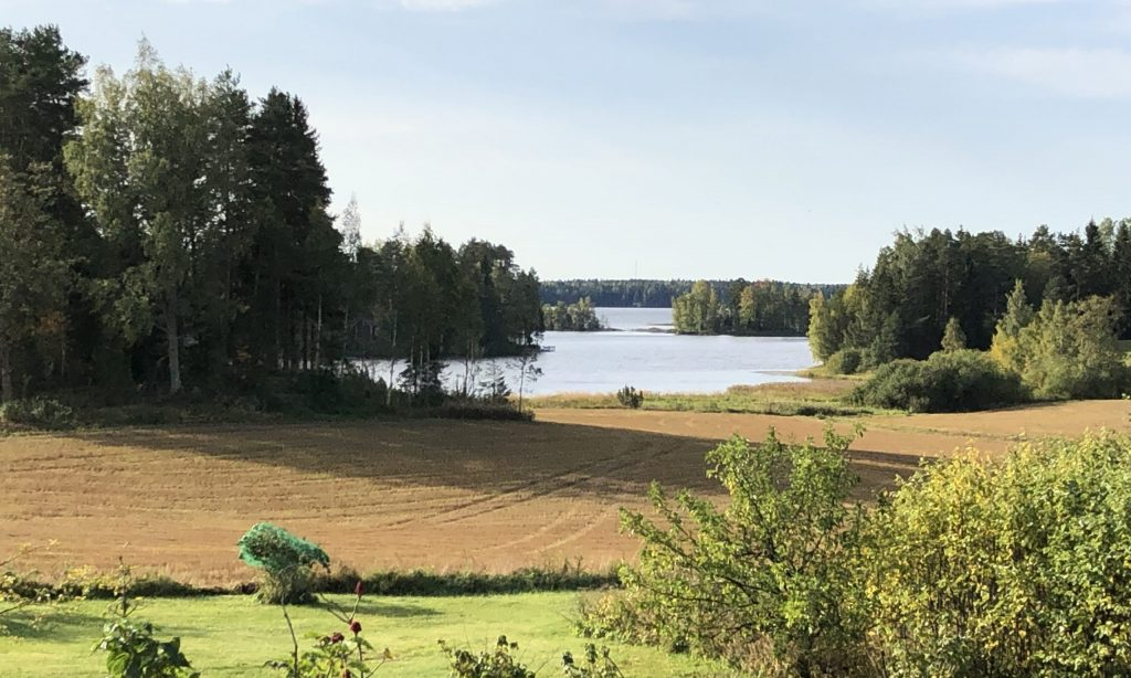 maisema maatilan pihasta jarvelle peltoa metsaa ja vetta